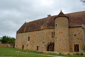 Les arches dans le chemin d'accès au manoir de la cour.